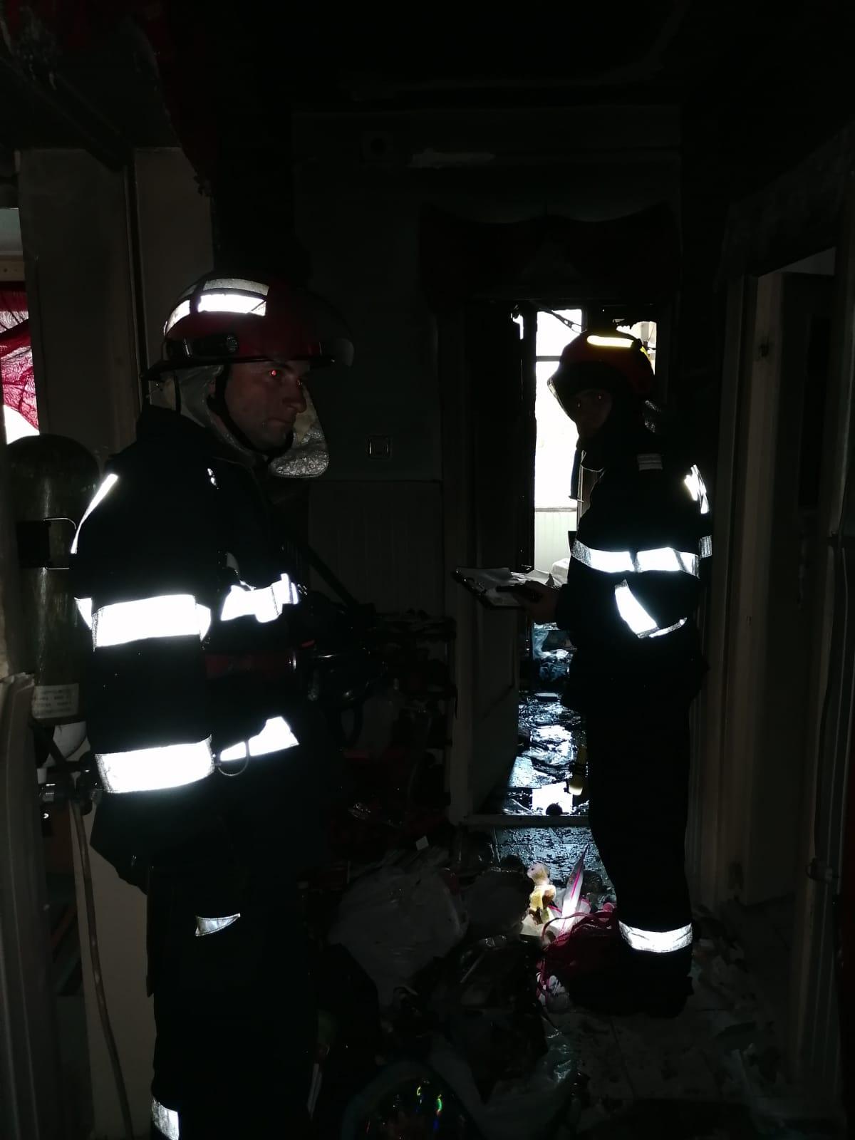 Săveni: Zeci de persoane evacuate dintr-un bloc de garsoniere în urma unui incendiu