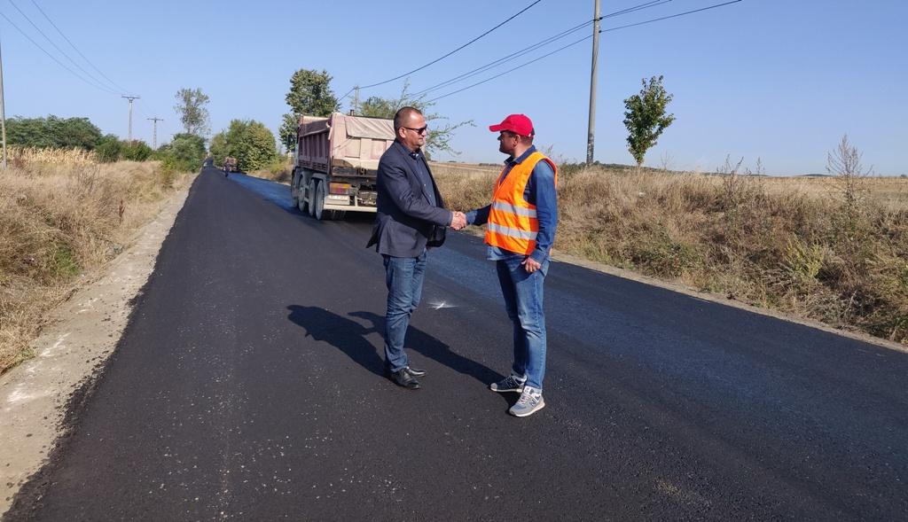 Ne ținem de cuvânt! Lucrări de asfaltare în plină desfășurare pe tronsonul de drum județean Baisa – Corni
