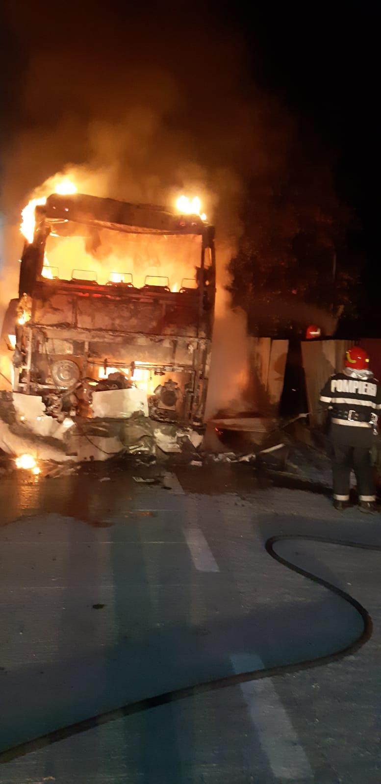 FRUMUȘICA:  Autobuz distrus de flăcări