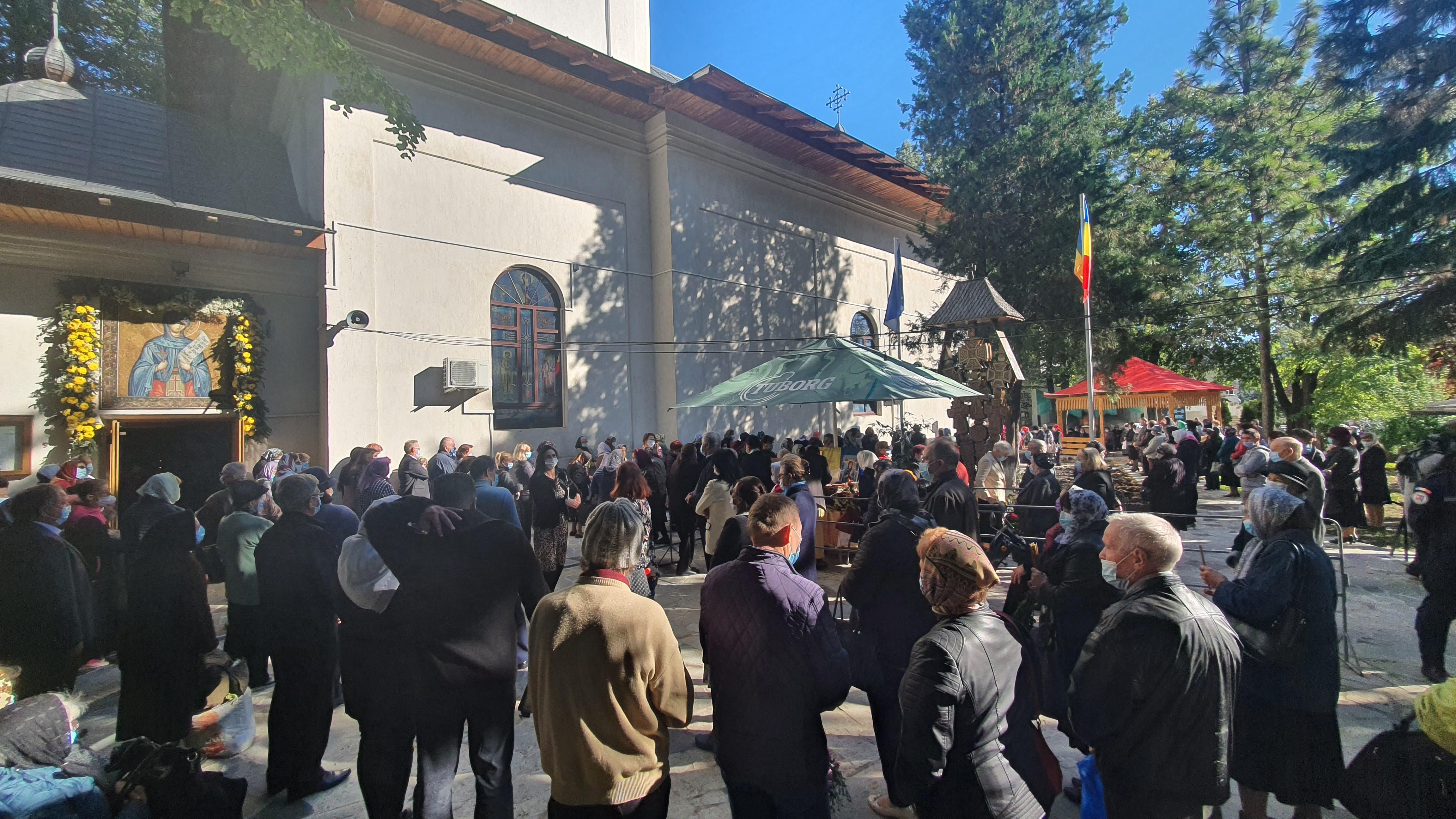 FOTO/   AZI: Sute la credincioși la slujba de la Biserica Cuvioasa Parascheva