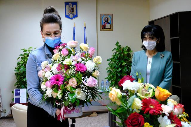 """FOTO/  Alina Huțu Călinescu câștigătoarea Festivalului Naţional de Interpretare şi Creaţie a Romanţei """"Crizantema de aur"""" , felicitată de conducerea Consiliului Județean"""