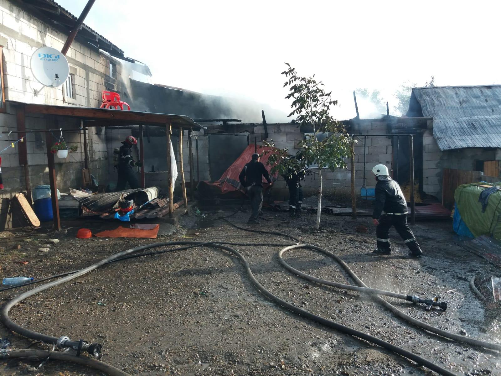 Atenție la jarul căzut din sobă! Familie cu trei copii rămași fără acoperiș deasupra capului, la Românești