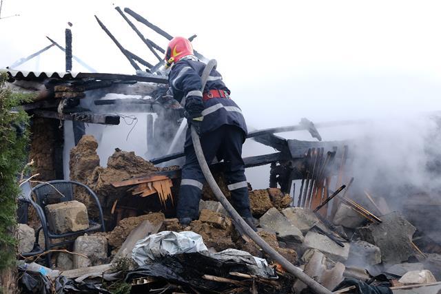 CORNI:  O familie din satul Mesteacăn, păgubită de foc