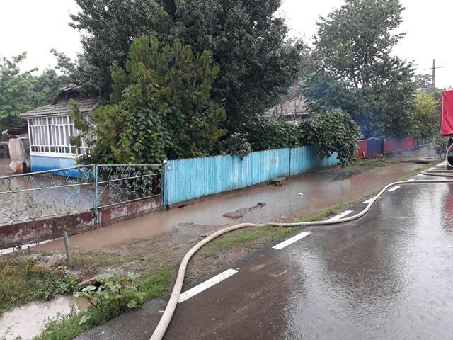 Pompierii botoșăneni solicitați să intervină în municipiul Botoşani pentru evacuarea apei din mai multe gospodării