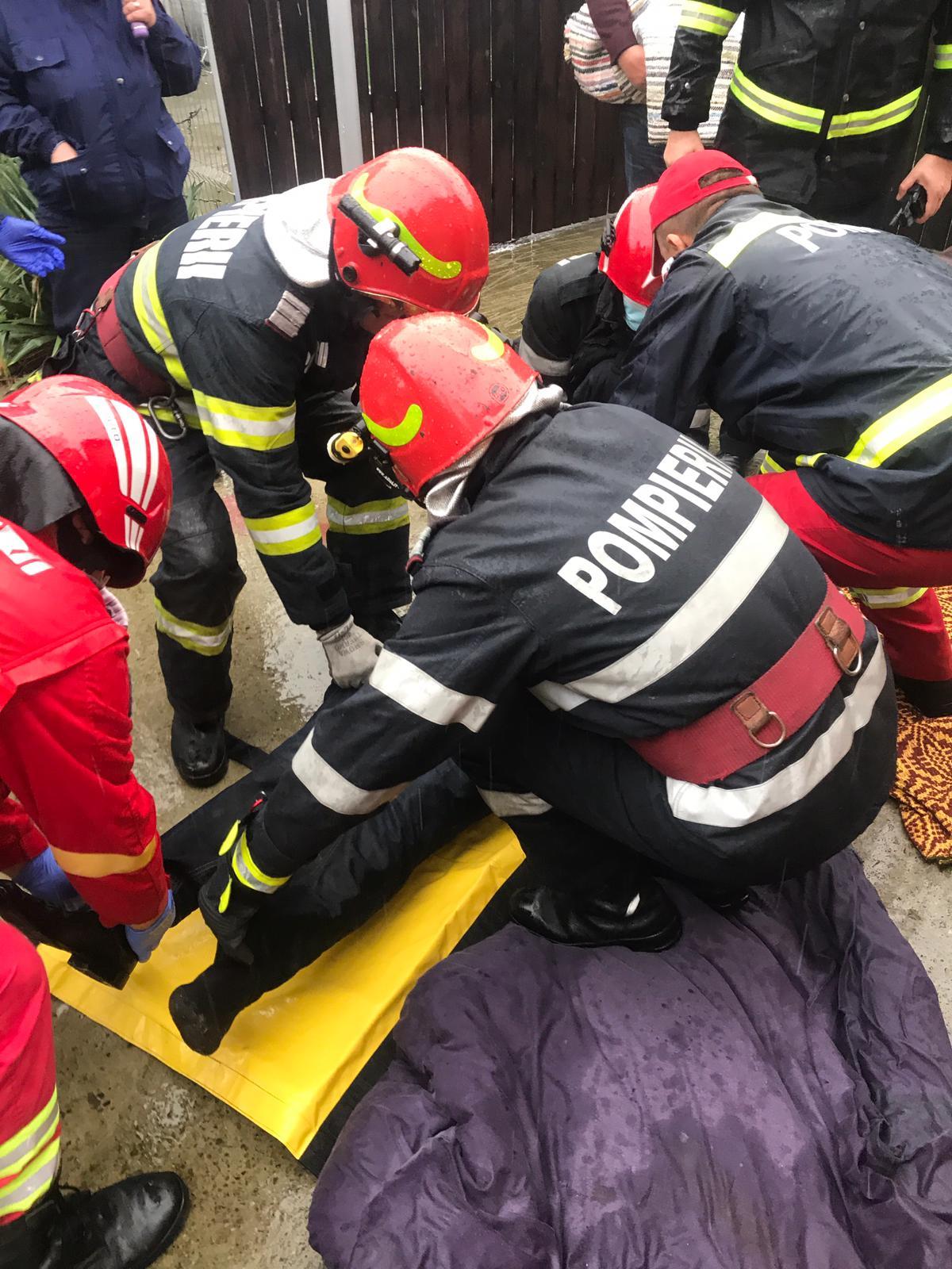Salvați de pompieri după ce au căzut în beciul casei, în stare de semiconștiență