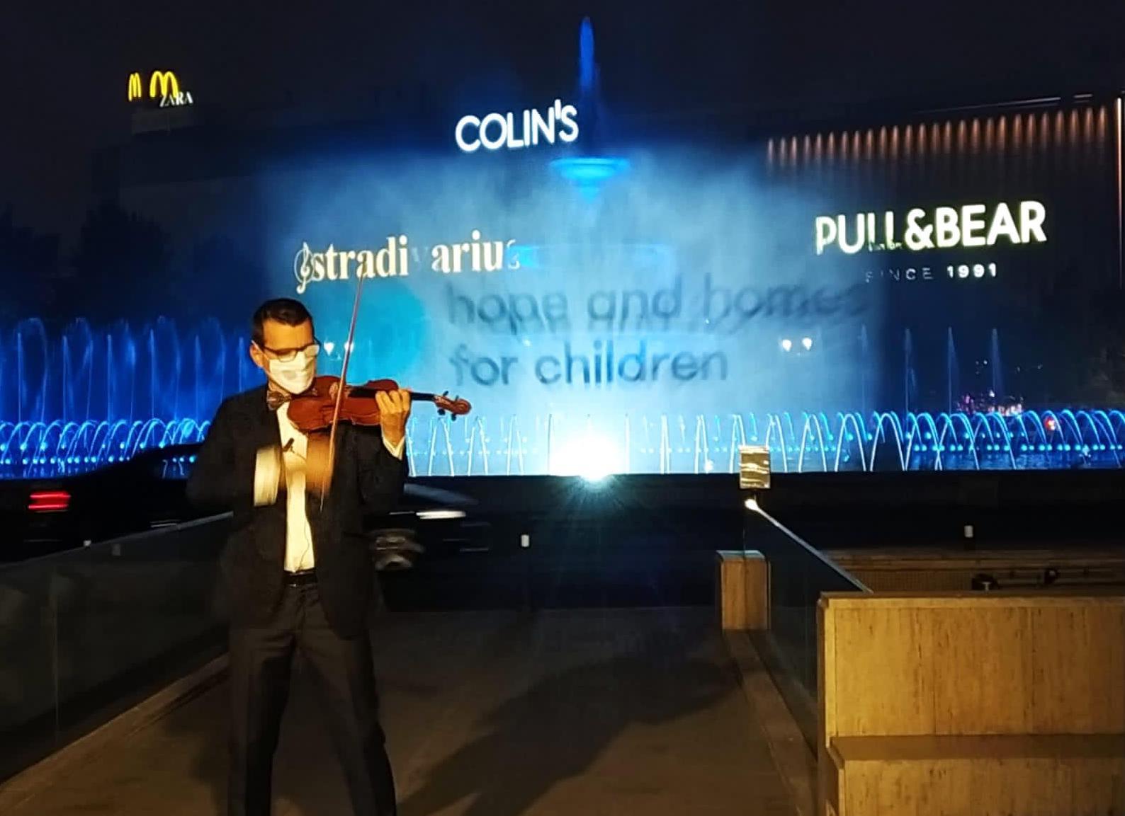 Violonistul Alexandru Tomescu a susținut un recital în aer liber dedicat Zilei Mondiale a Copiilor Orfani