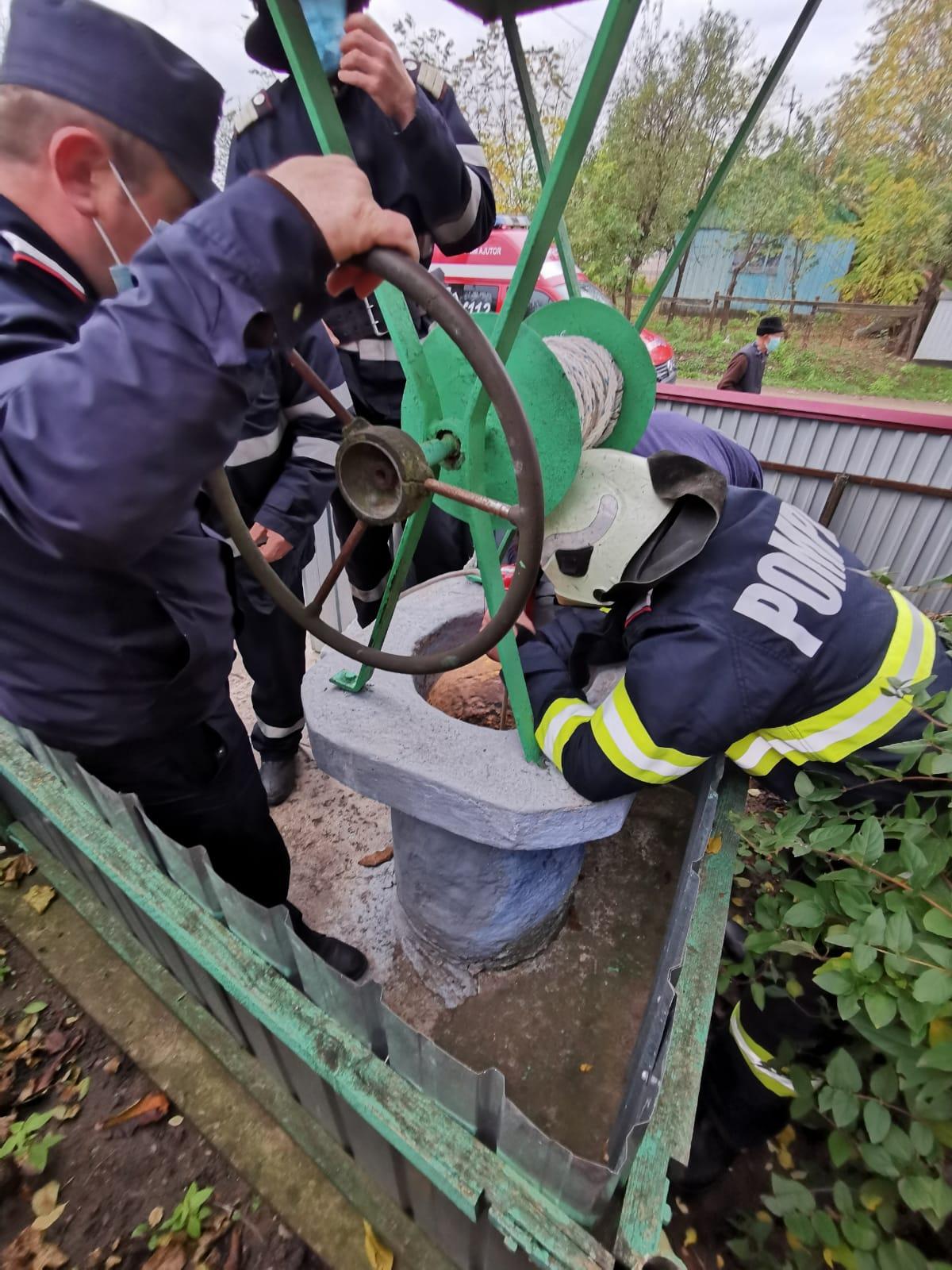 Salvată de pompieri dintr-o fântână adâncă de opt metri