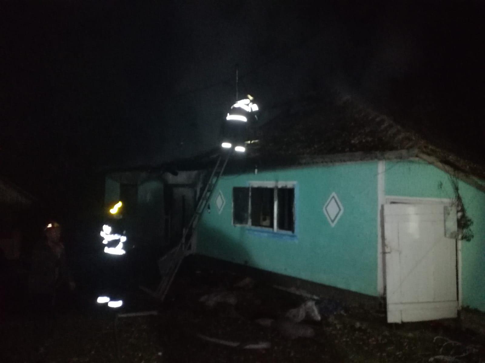 Atenție la coșurile de fum defecte! Locuința distrusă într – un incendiu, la Bucecea
