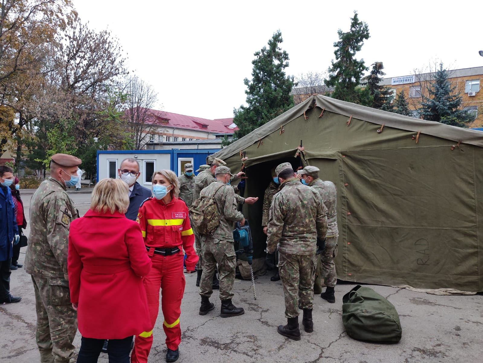 Armata a ridicat corturi de campanie în curtea Spitalului Județean pentru triajul pacienților