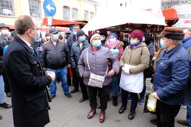 VIDEO/  Primarul Cosmin Andrei și directorul Urban Serv s-au aflat astăzi în mijlocul comercianților din Piața Centrală