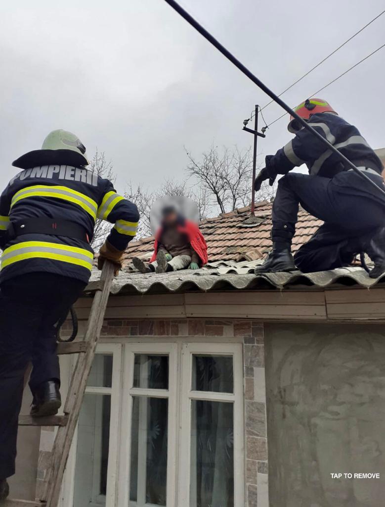 Bătrân salvat de pompieri după ce a suferit un accident vascular în timp ce repara acoperișul casei