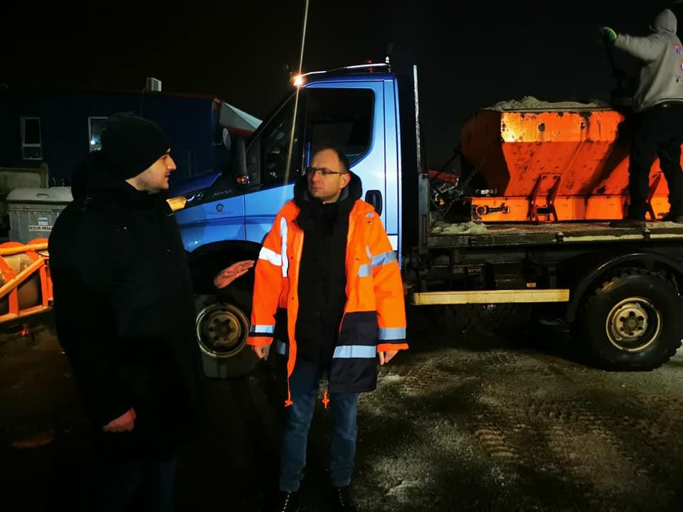 Utilajele societății Urban Serv continuă intervenția cu material antiderapant pe străzile din municipiu