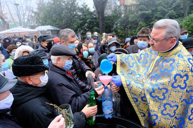 VIDEO/FOTO  Sute de credincioși au fost astăzi, în plină pandemie, la slujba de Bobotează