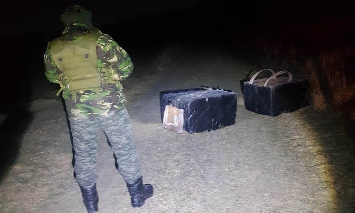 Mii de pachete cu ţigări de contrabandă descoperite de poliţiştii de frontieră