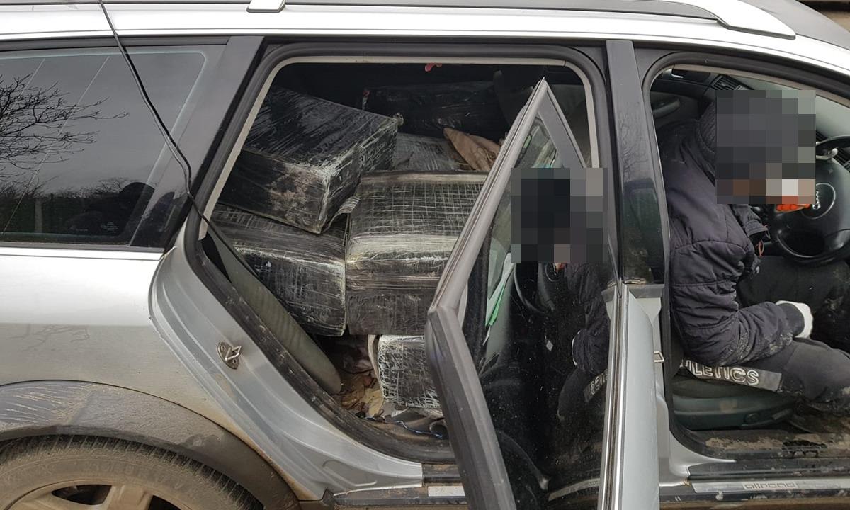 VIDEO/FOTO   Autoturism burdușit cu ţigări de contrabandă,  reținut cu focuri de armă