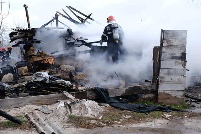 Locuință distrusă de jarul căzut din sobă pe materiale combustibile