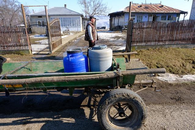 VIDEO/  APROAPE DE MUNICIPIU: 80 de familii cară apă că în EVUL MEDIU