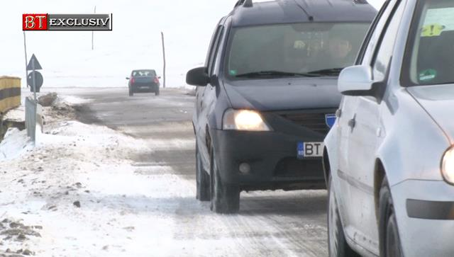 Zeci de șoferi aflați în trafic au cerut ajutor din cauza sulurilor de zăpadă formate pe partea carosabilă