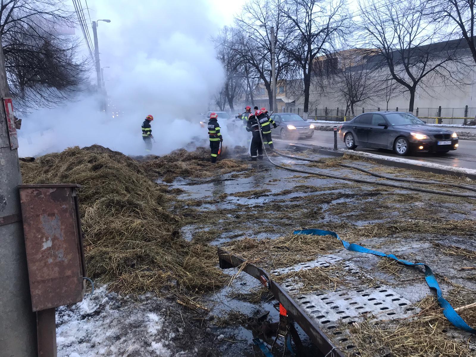 Autoplatformă încărcată cu baloți de fân cuprinsă de flăcări pe Calea Națională