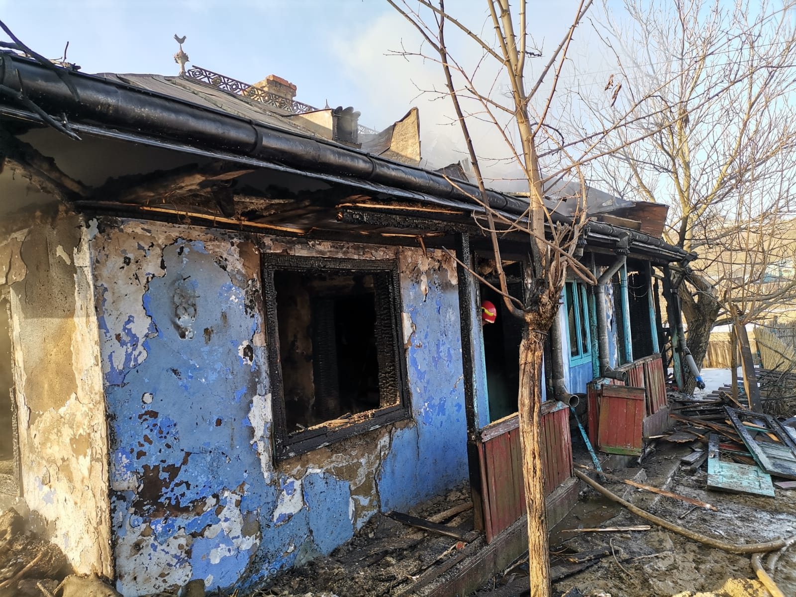 Atenție la jarul căzut din sobă! Locuință distrusă într-un incendiu la Cerchejeni!