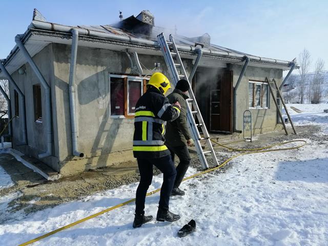 Atenție la coșurile de fum neprotejate termic față de materialele combustibile! Locuința afectată de un incendiu la Cristești!