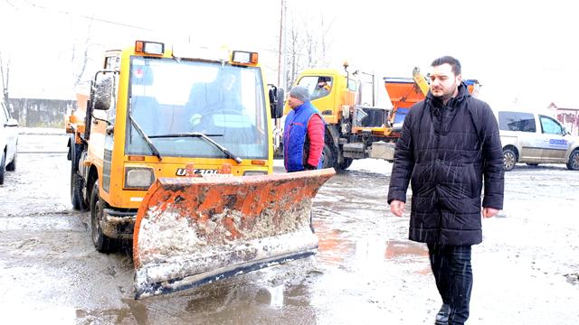 FOTO/VIDEO  Utilajele de la URBAN SERV intervin de mai bine de 20 de ore pentru a înlătura efectele ninsorii