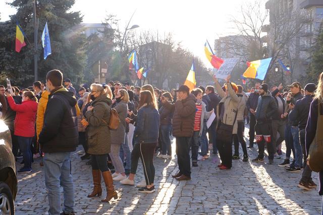 VIDEO/FOTO  Peste 700 de botoșăneni protestează acum împotriva noilor restricţii impuse de autorităţi