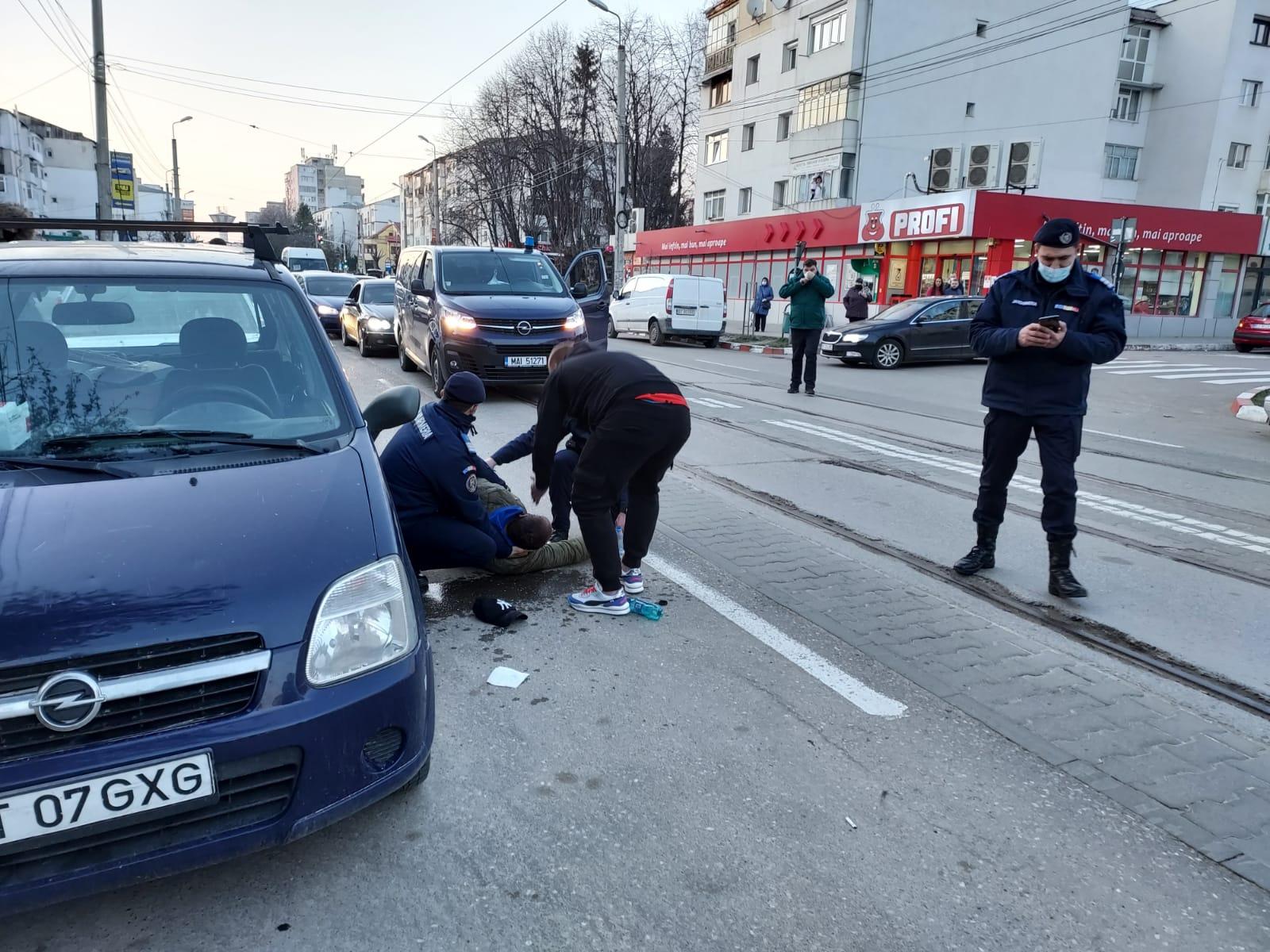Jandarmii au acordat primul ajutor unui protestatar prăbuşit în mijlocul manifestanților