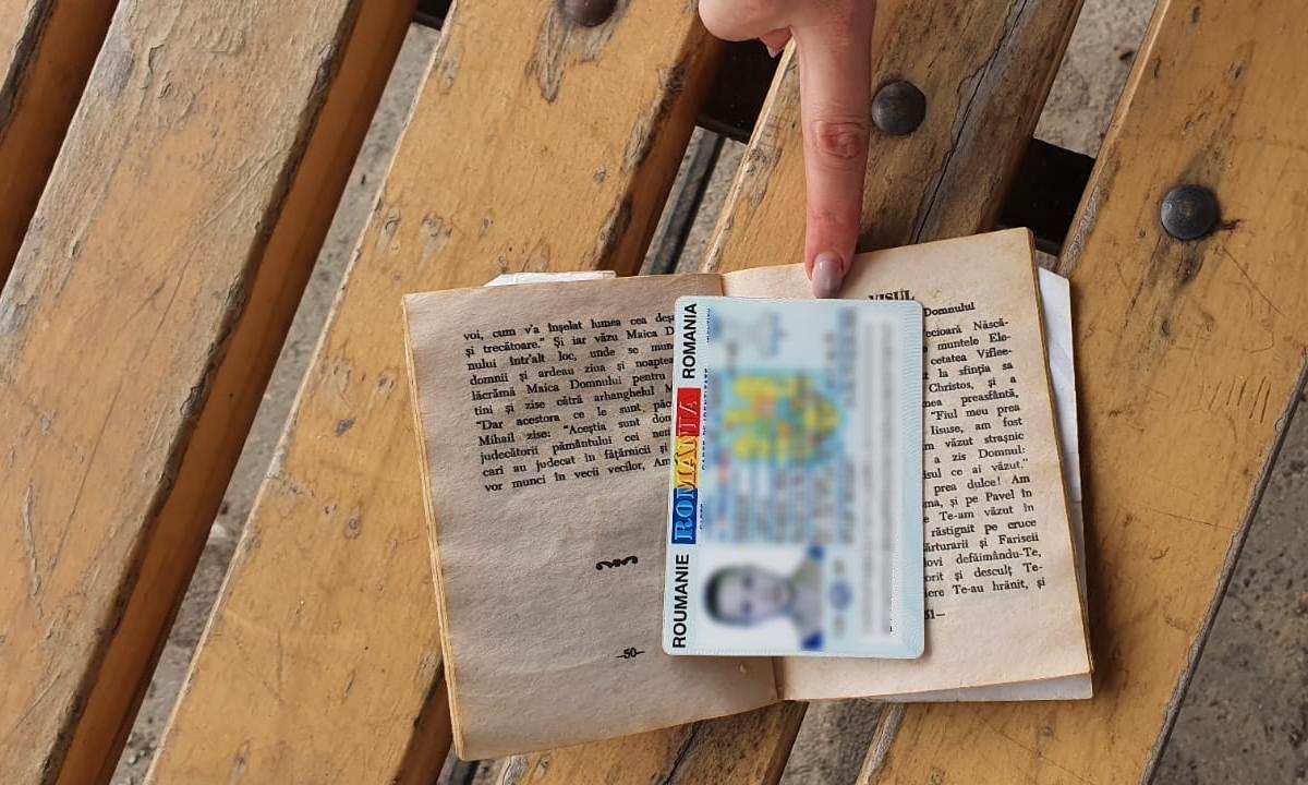 Carte de de identitate falsă ascunsă într-o carte de rugăciuni