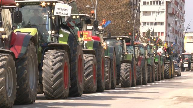 VIDEO/FOTO   BOTOȘANI: Zeci de agricultori au mărşăluit cu tractoarele prin municipiu