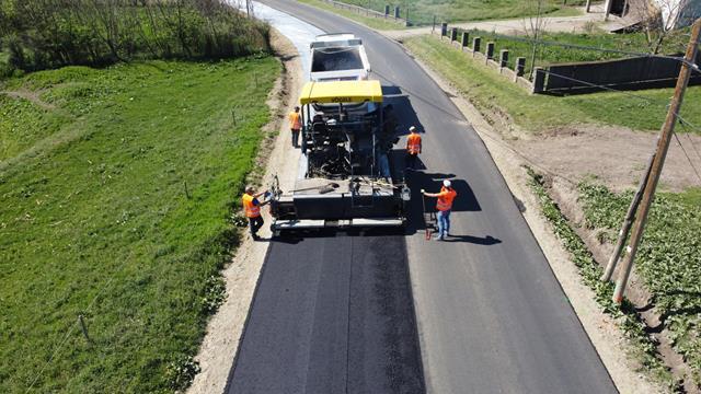 FOTO /  A început turnarea stratului de asfalt pe DJ 292A, Corlăteni – Dimăcheni