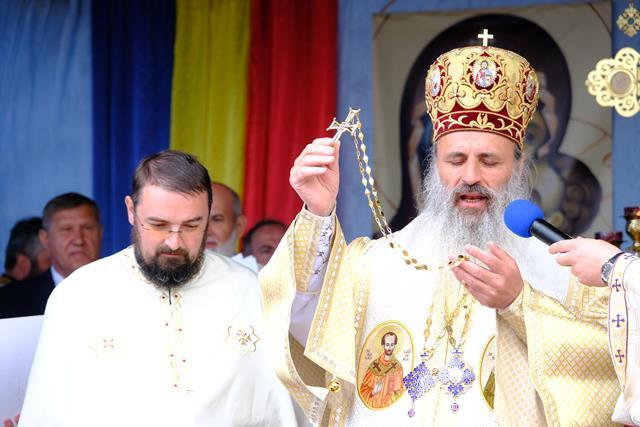 """VIDEO/FOTO   Biserica """"Nașterea Maicii Domnului"""", ctitorită de Patriarhul Teoctist, a fost resfințită după 30 de ani"""