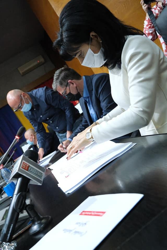 FOTO/ S-a semnat contractul pentru Lotul 2 din Drumul Strategic