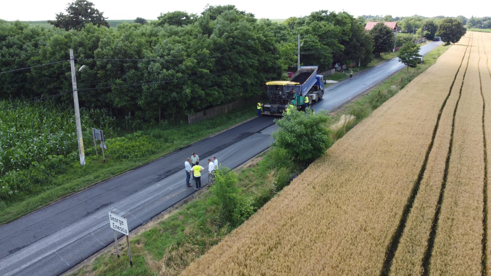 FOTO/  Covoare asfaltice turnate pe drumurile județene