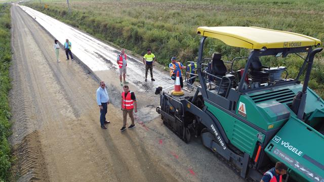 VIDEO/FOTO  Drumul Prăjeni-Plugari într-o nouă etapă! A început turnarea stratului de balast stabilizat pe cei 2,77 kilometri de drum