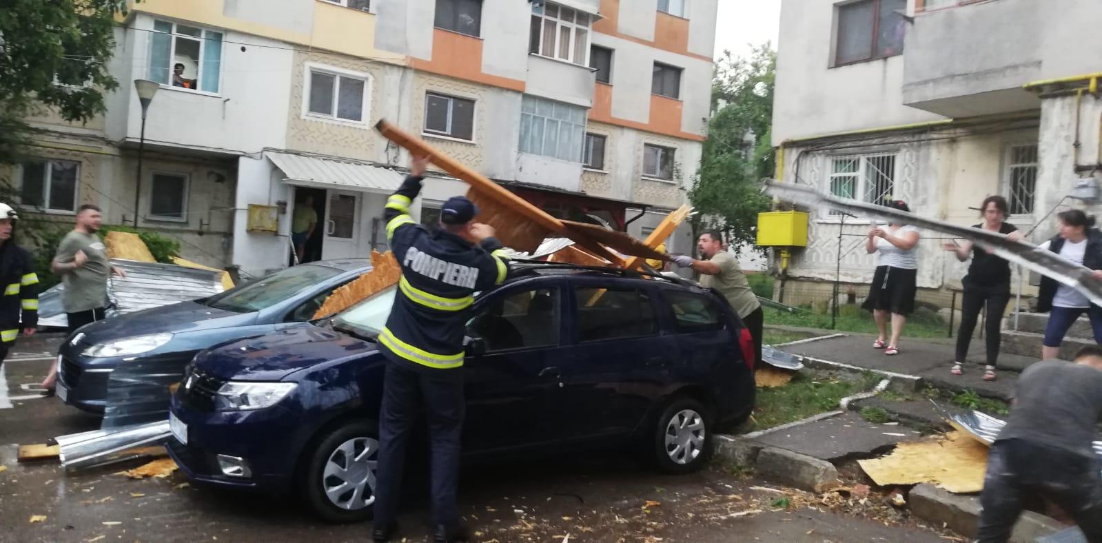 Vântul puternic, de  peste 90 km/h, a smuls  șarpante, acoperișurile unor clădiri și a doborât arbori în mai multe localități din județul Botoșani