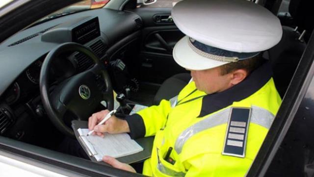 ZECI de șoferi sancționați pentru viteză și conducere fără permis
