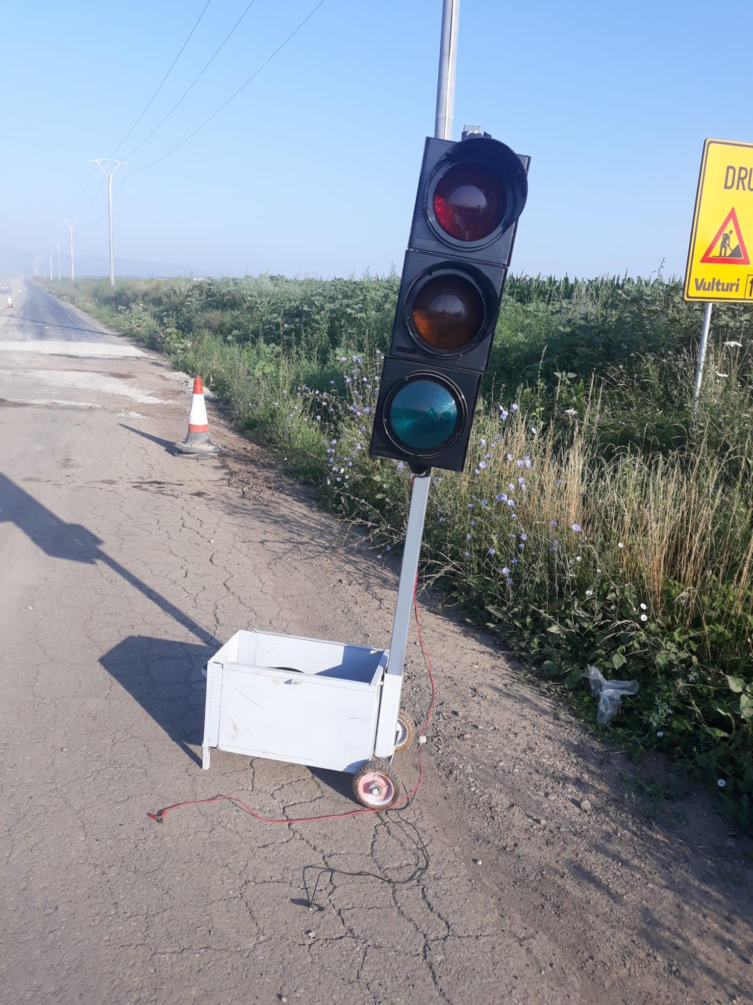 Foto/  Instalațiile de dirijare a traficului de pe drumul Prăjeni – Plugari, vandalizate