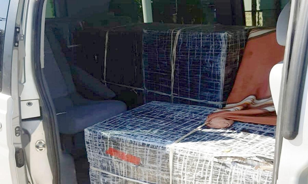 FOTO/  Microbuz plin cu ţigări de contrabandă,  blocat în trafic de către poliţiştii de frontieră botoșăneni