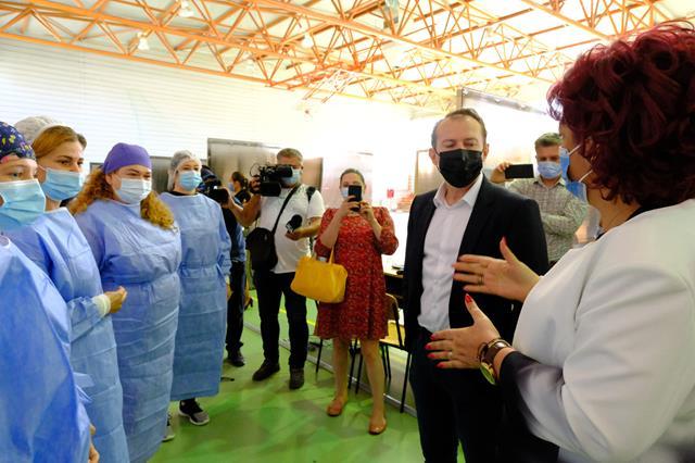 Premierul României, Florin Cîțu, a vizitat astăzi un centru de vaccinare din Botoșani