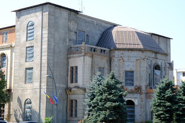 VIDEO/  TREI oferte depuse pentru continuarea lucrărilor de reabilitare și modernizare a Teatrului Mihai Eminescu