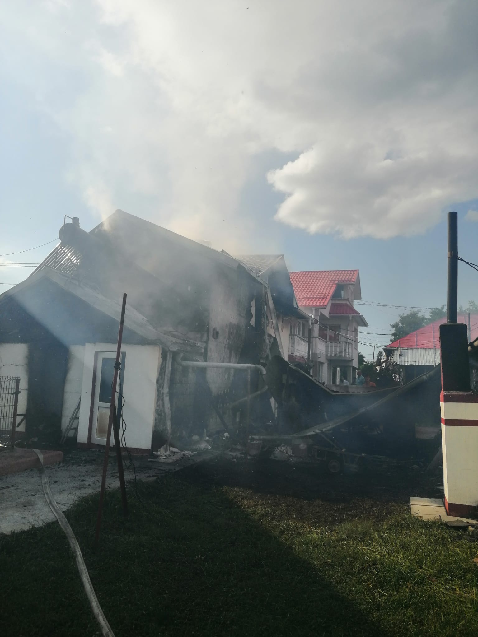 O casă și două anexe mistuite de flăcări