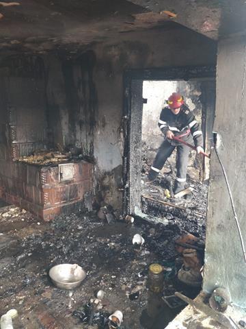 Femeie de 65 de ani salvata in ultimul moment din casa cuprinsă de flăcări, de pompierii dorohoieni