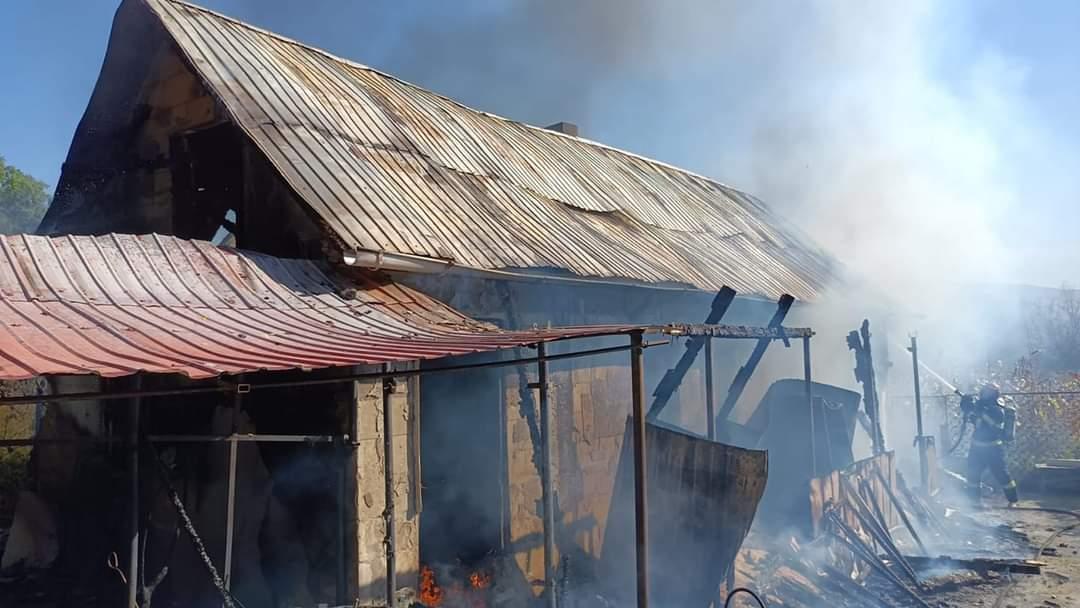 La 101 ani, o femeie din comuna Bălușeni, și-a văzut casa mistuită de flăcări