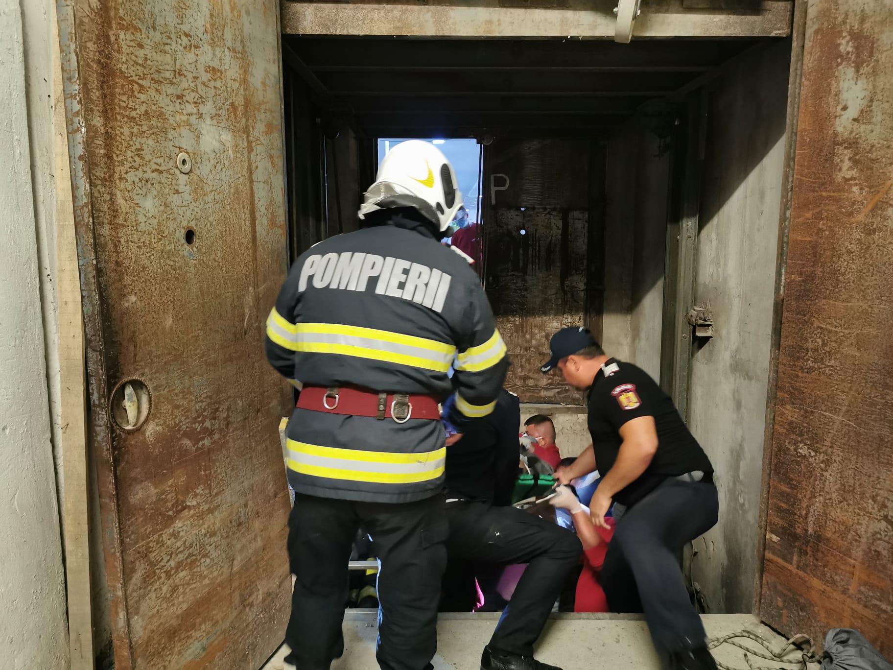 Salvat de pompieri dupa ce căzut în casa liftului