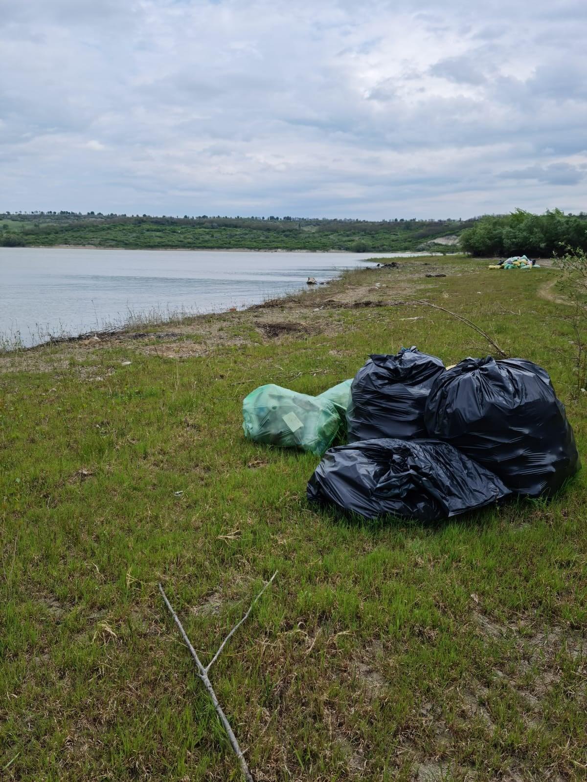 FOTO | Pescarii invitați la la curățenie generală pe malul râului Prut